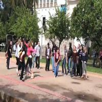 """STAGE TUBE: San Diego Fans Practice the LEGALLY BLONDE """"Bend and Snap"""""""