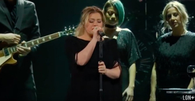 VIDEO: Kelly Clarkson Covers 'Shallow' from A STAR IS BORN
