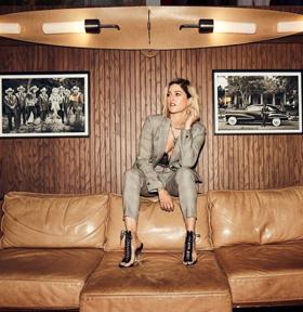 BWW Review: Cassadee Pope Drops Nostalgic Lyric Video for 'FYI'