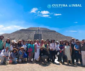 Comparte Celerina Sánchez poemas inspirados por la Ciudad de los dioses en recorrido por Teotihuacan