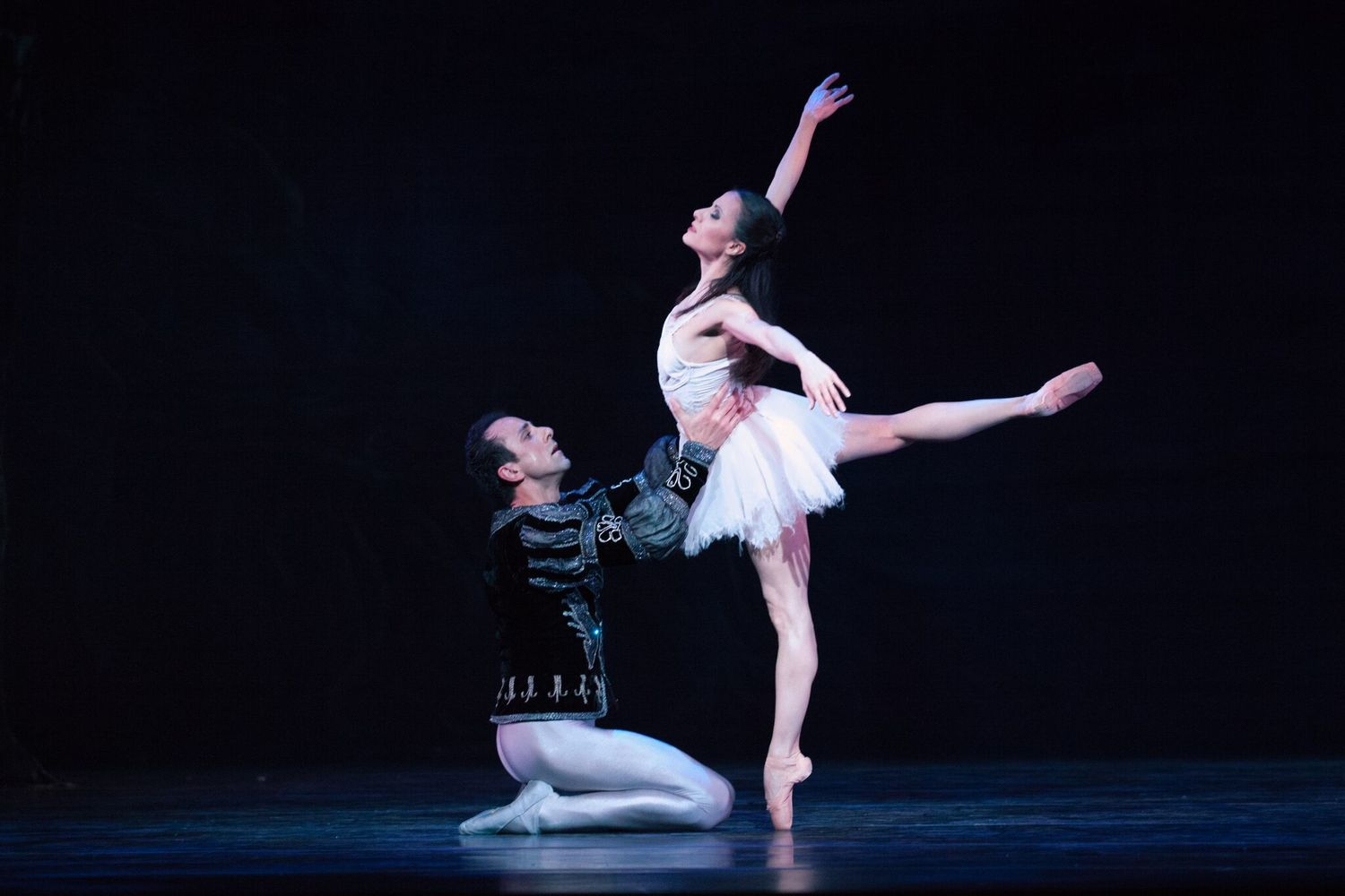 BWW Review: Milwaukee Ballet's SWAN LAKE is Streamlined & Sublime