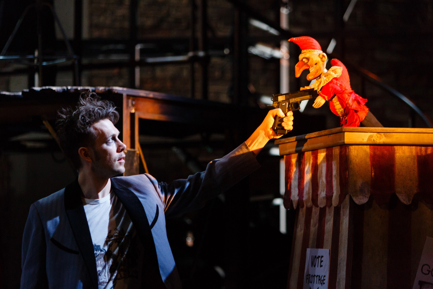 BWW Review: DEAD DOG IN A SUITCASE (AND OTHER LOVE SONGS), Lyric Hammersmith