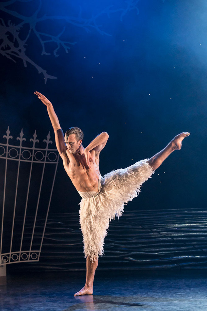 BWW Review: MATTHEW BOURNE'S SWAN LAKE, Sadler's Wells