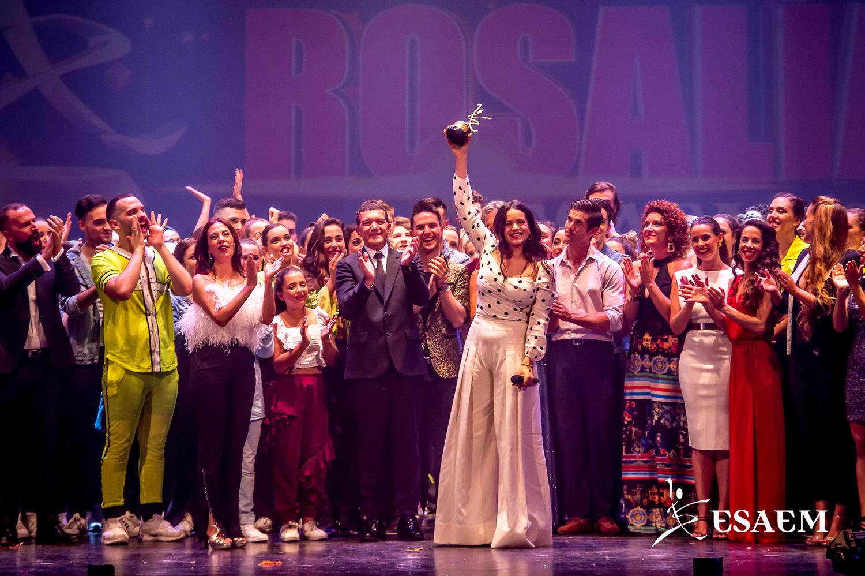 Rosalía recibe el primer premio Antonio Banderas de la ESAEM
