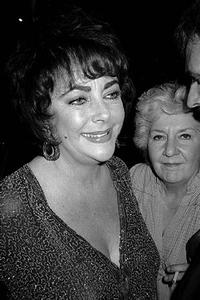 WIn_Honors_Elizabeth_Taylor_and_Suzanne_Fleisher_Roberts_20010101