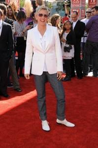 Regis-Kelly-Ellen-DeGeneres-et-al-Win-2011-Daytime-Emmy-Winners-20110620