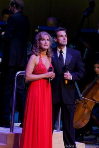 Photo-Coverage-Jodi-Benson-and-Hugh-Panaro-in-Concert-with-the-TSO-20000101