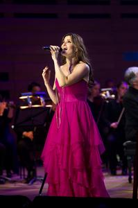 IDINA-MENZEL-is-a-veteran-performer-and-brings-her-experience-to-the-stage-as-she-wows-the-audience-20010101