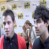 STAGE TUBE: Jonas Brothers Support Rob McClure at CHAPLIN Opening!