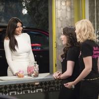 First Look - Kim Kardashian Guests in Season Premiere of CBS's 2 BROKE GIRLS, 10/27