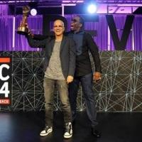 Photo: Diddy Presents Award to Jimmy Iovine at REVOLT Music Conference
