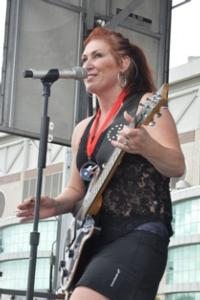 Jo Dee Messina Runs ROCK 'N ROLL MARATHON, Performs for Runners at Finish Line