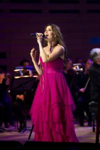 Tony-winning-Idina-Menzel-Brightens-the-Start-of-2013-20010101