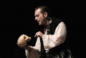 BWW Reviews: HAMLET Kills for Kentucky Shakespeare