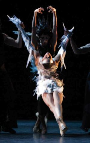 BWW Reviews: LES BALLETS DE MONTE CARLO Brings Jean-Christophe Maillot's Darkly Compelling Adaptation of 'Swan Lake' to NYC