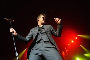 Robin Thicke Plays Detroit's Fox Theatre Tonight