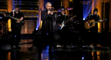 VIDEO: Neil Diamond Performs New Single 'Something Blue', 'Cracklin' Rosie' on TONIGHT!