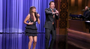 VIDEO: Rashida Jones & Jimmy Fallon Sing Holiday Parodies of 'Let It Go' & More on TONIGHT