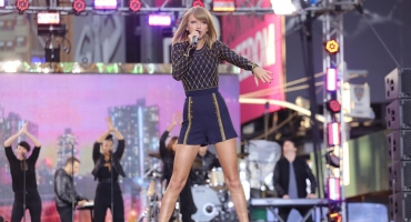 Photo Flash: Taylor Swift Takes Over Times Square for GMA LIVE Concert!