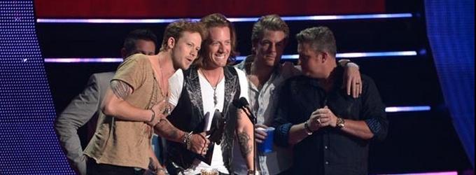 Luke Brian, Carrie Underwood Among Big Winners at 2014 CMT MUSIC AWARDS; Full List of Winners