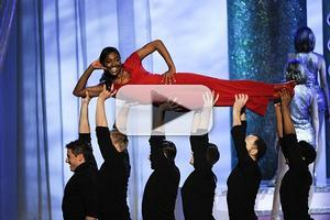 VIDEO: Sutton Foster, Patina Miller & More Pay Tribute to KENNEDY CENTER Honoree Shirley MacLaine