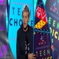 VIDEO: Ellen DeGeneres Gives Inspiring Speech at TEEN CHOICE: 'Be Proud of Being Different'