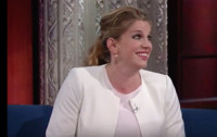 VIDEO: Anna Chlumsky Reveals Her Phone Hand Gets Cramped When Filming VEEP