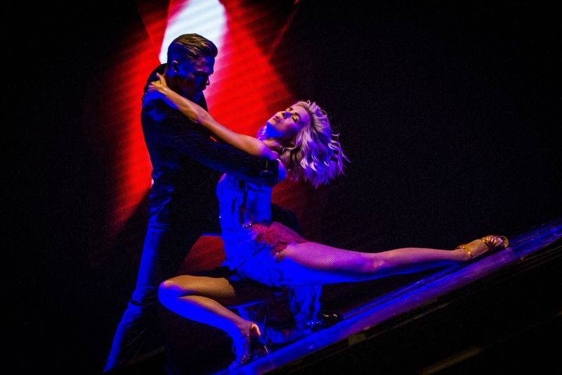 BWW Review: OKC Broadway Presents Derek and Julianne Hough's Sizzling MOVE – BEYOND tour