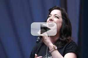 BWW TV: FINDING NEVERLAND's Laura Michelle Kelly Flies High at Stars in the Alley!