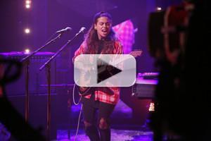 VIDEO: Tash Sultana Makes U.S. TV Debut Performing 'Jungle' on LATE NIGHT