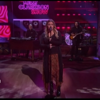 VIDEO: Kelly Clarkson Covers 'Let Me Down Easy' Photo