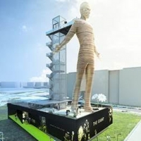 The Giant - Live Moving Statue to Welcome GuestsIn Barcelona