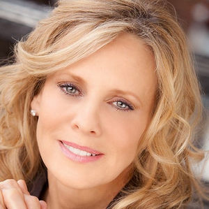 BWW Review: Singer Sandy Bainum Brings an Entertaining EVER BLONDEWARD to Sterling's