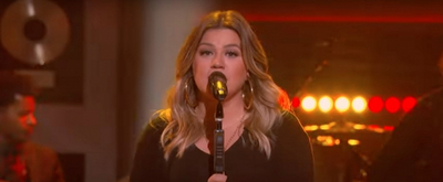 VIDEO: Kelly Clarkson Covers 'Gaslighter'