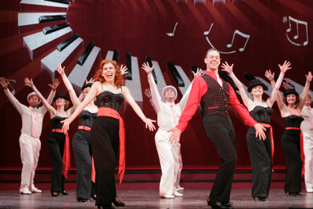 Tari Kelly, Greg McCormick Allen and ensemble at 5th Avenue Theatre's White Christmas