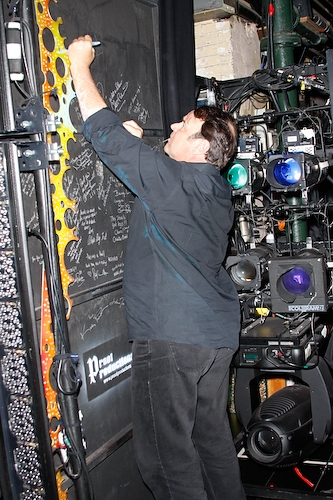 Dan Aykroyd signs the cast wall Photo