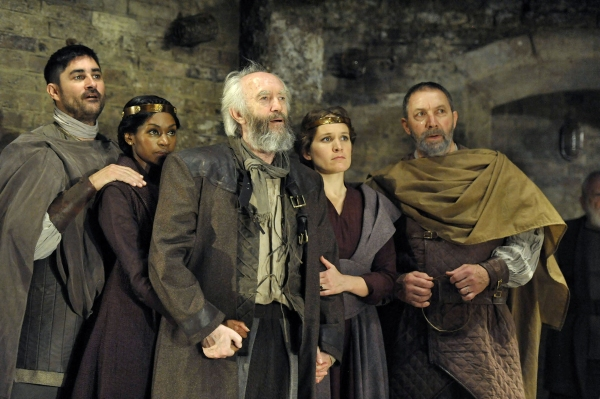 Chook Sibtain (Cornwall), Jenny Jules (Regan), Jonathan Pryce (King Lear), Zoe Waites (Goneril) and Richard Hope (Albany)