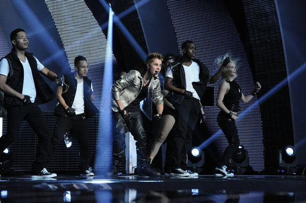 Photo Flash: Justin Bieber, Ne-Yo Perform on AMERICA'S GOT TALENT