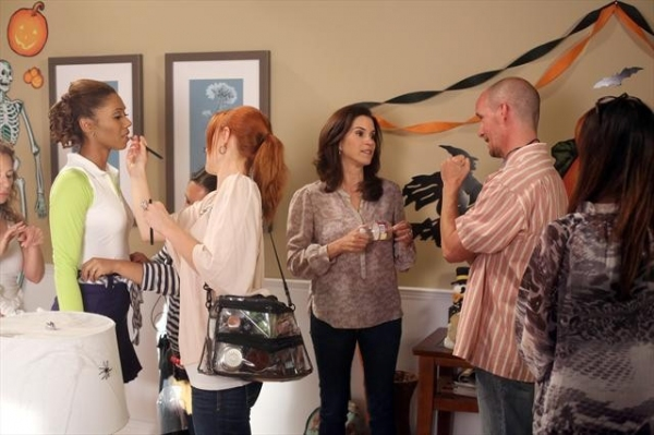 TOKS OLAGUNDOYE, JAMI GERTZ,, CHRIS KOCH (DIRECTOR)    at A Behind-the-Scenes Peek at THE NEIGHBORS' Halloween Episode