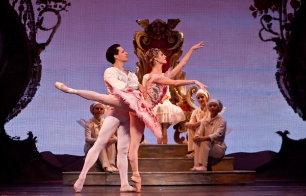 Ballet: The Nutcracker Choreographer: Ben Stevenson Dancers: Simon Ball, Melissa Houg Photo