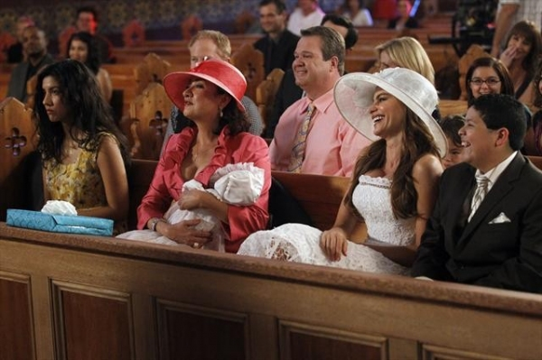 Photo Flash: Next Week's All New MODERN FAMILY