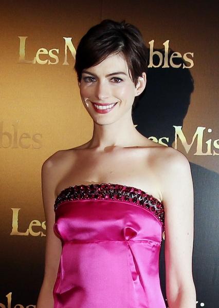 Photo Flash: Anne Hathaway Dazzles at LES MISERABLES Paris Premiere
