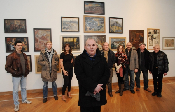 Director Max Roberts (centre) pictured with the full cast of 'The Pitman Painters' at Photo