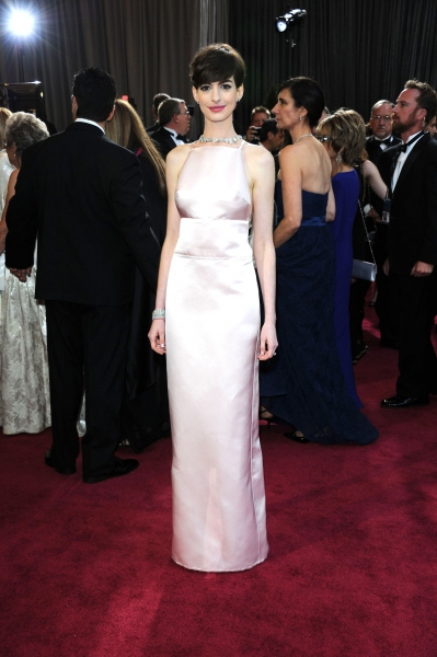 Photo Flash: Hathaway, Chastain & More Dazzle on OSCARS Red Carpet Arrivals
