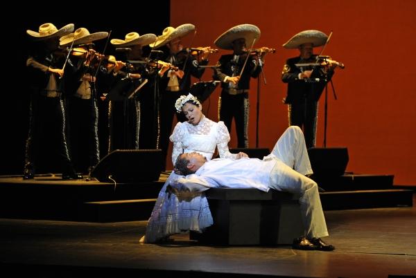 Octavio Moreno (Laurentino) and Cecilia Duarte (Renata) in CRUZAR LA CARA DE LA LUNA. Photo by Marie-Noelle Robert. Courtesy of Théâtre du Châtelet.