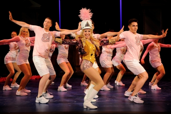 Alyssa Gorgone (center) stars as Elle Woods