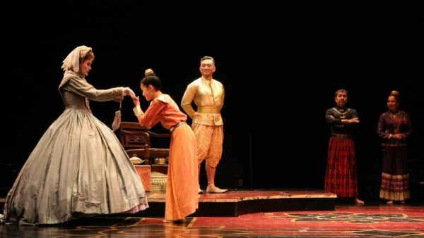 Christiane Noll (Anna), Grace Matayoshi (Royal Princess), Paul Nakauchi (The King of Siam), Alan Ariano (The Kralahome) and Tami Swartz (Lady Thiang)