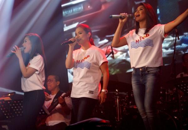 Rachelle Ann Go, Lea Salonga, Sarah Geronimo sing ''I Believe I Can Fly.''