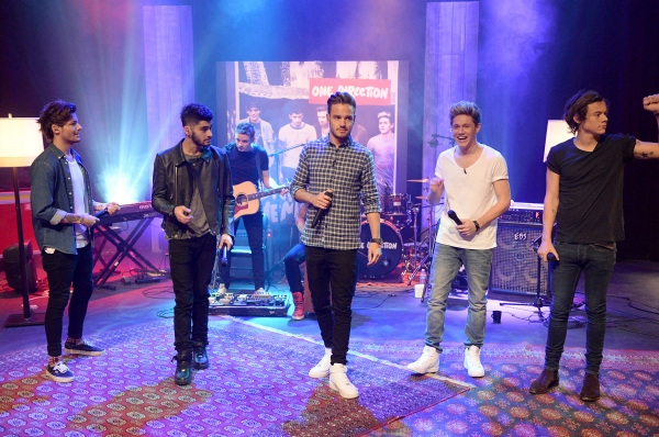 PLAYA VISTA, CA - NOVEMBER 23:  (L-R) Louis Tomlinson, Zayn Malik, Liam Payne, Niall Horan, and Harry Styles perform during One Direction celebrates 1D Day at YouTube Space LA, a 7-hour livestream event broadcast exclusively on YouTube and Google+. Featur