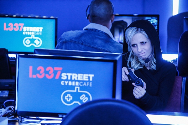 ''The Face of a Winner '' -- When Simon mixes up the assignments in the office, he puts Sydney ( Sarah Michelle Gellar ) on an account for a video game that she becomes addicted to winning on THE CRAZY ONES, Thurs.  Jan 2 (9:01 Ã�¿�¢Ã�¿�Â�¿�Ã�¿�Â�